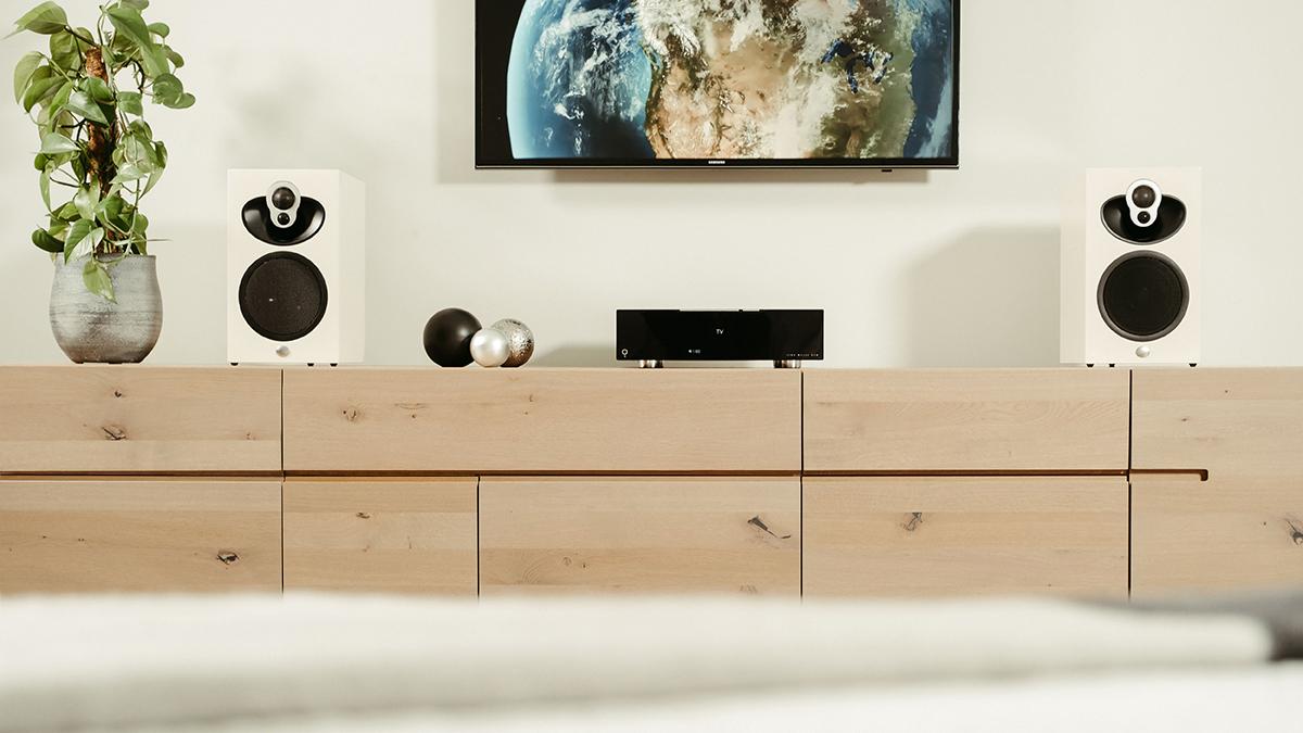 Majik DSM network player with white 109 speakers