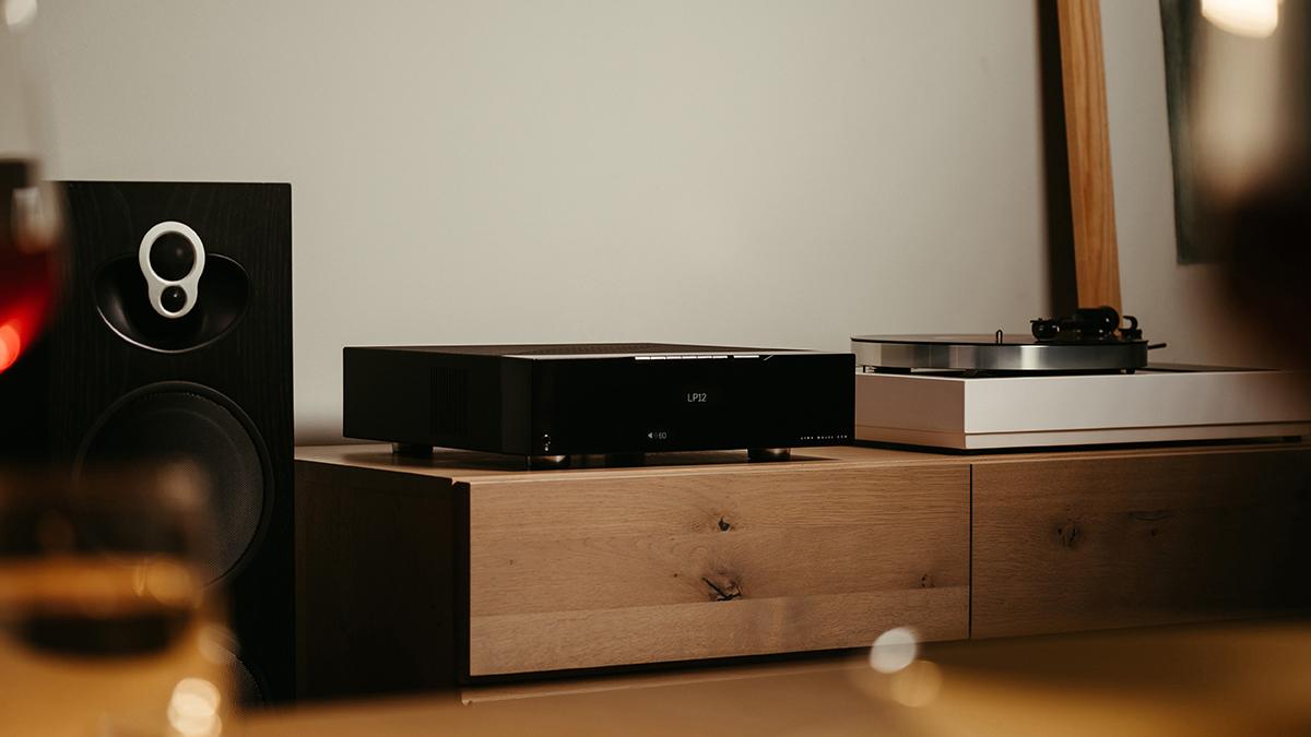Majik DSM network player with black 109 speakers
